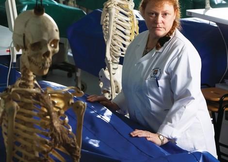 Portrait einer Forensikerin und ihrer Arbeit