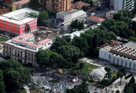 Abriss des Nationaltheaters in Albanien: Autokratische Politik im Schatten der Coronakrise